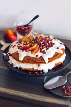 Yoghurtkefir cake met nectarine & granaatappelpitjes