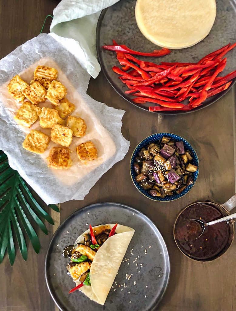 'Vegan pekingeend': pannenkoekjes met crispy tofu & hoisin aubergine