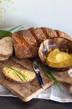 Zelfgebakken rogge-speltbrood met 100% vegan TRUFFELmargarine