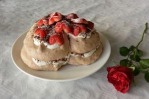 VIDEO: Chocoladepavlova met aardbeien