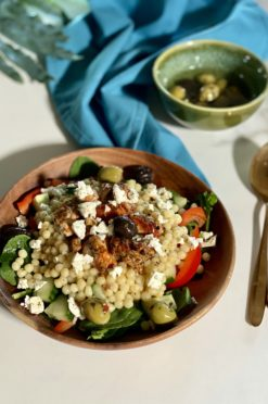 Parelcouscous salade met kip, spinazie en feta
