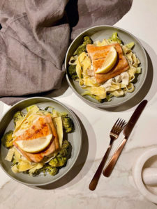 Pasta met truffelroomsaus, broccoli en zalm