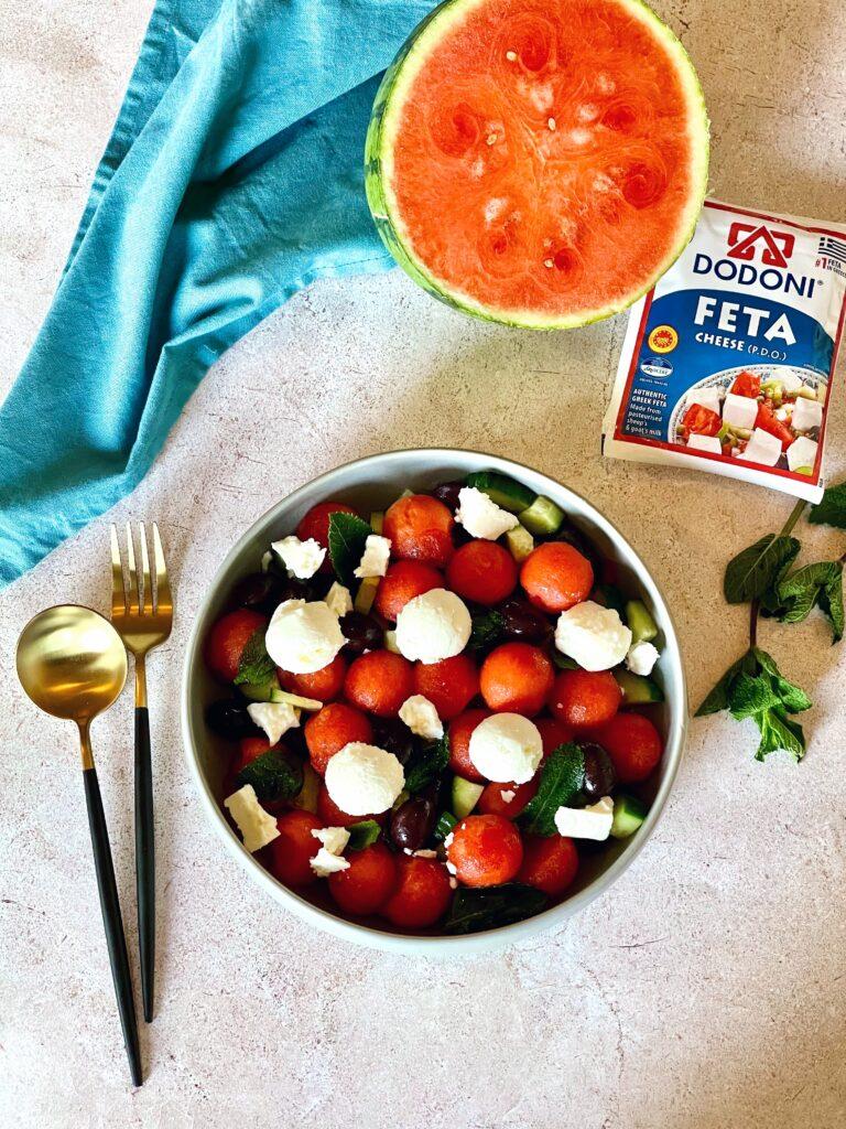 Zomerse watermeloensalade met feta, olijven en munt