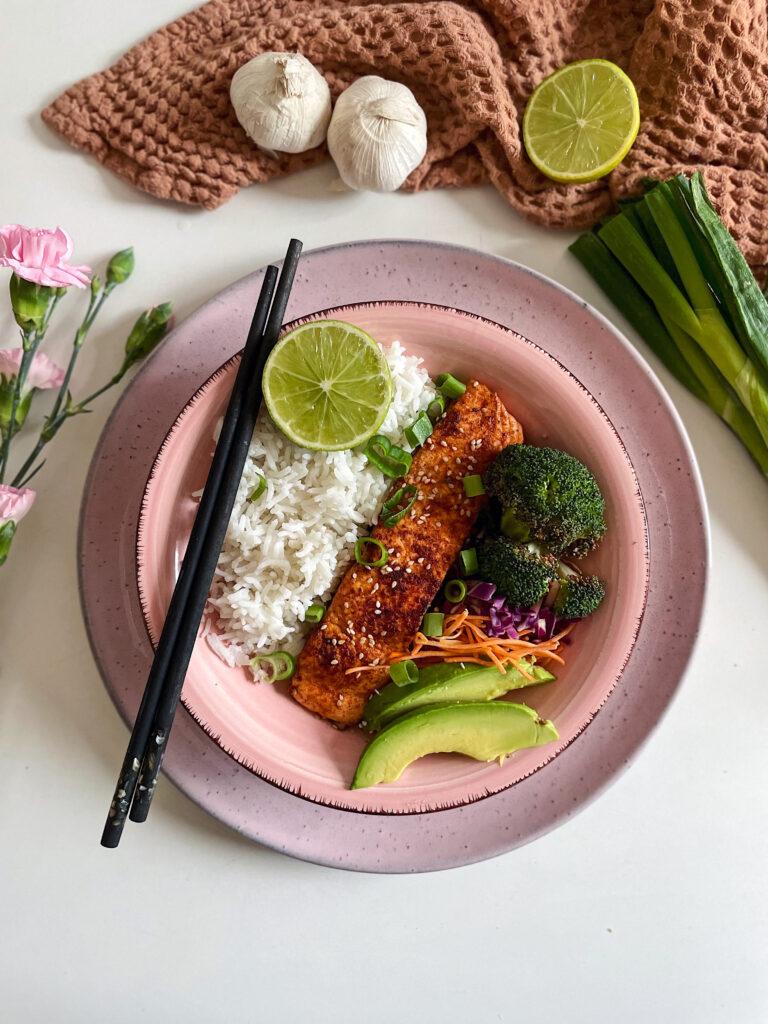 Rijstbowl met teriyaki zalm en broccoli