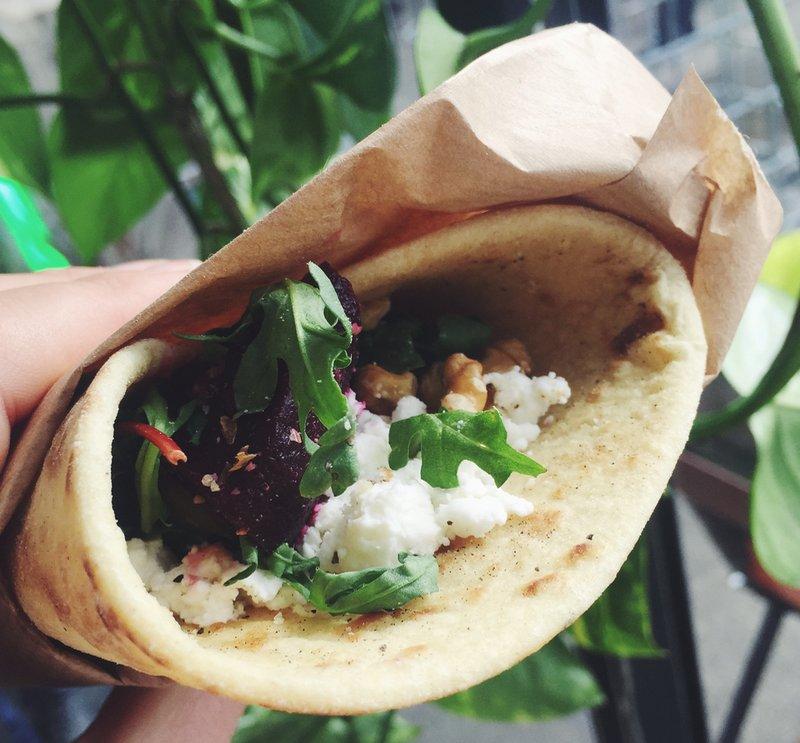 Vegetarische burrito met bietjes & geitenkaas