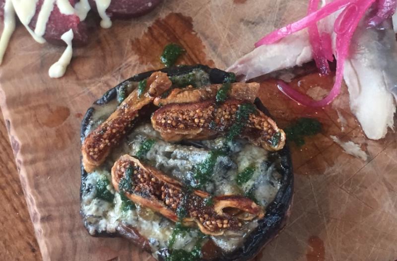 Portobello gevuld met gorgonzola, vijg en krokant gebakken parmaham