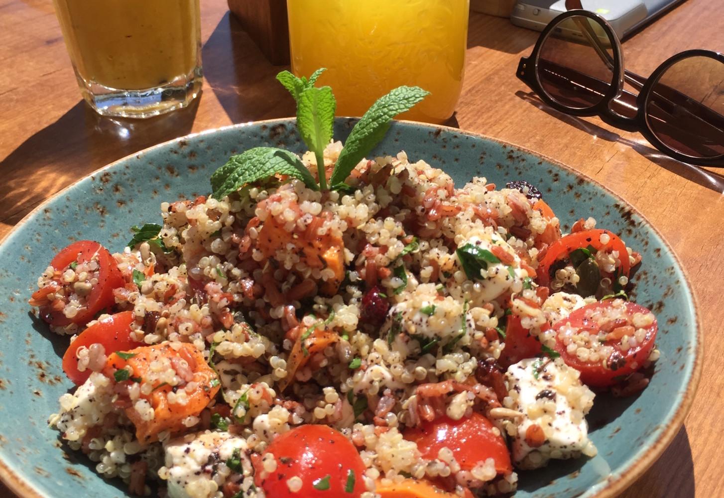 Ibiza style quinoa bowl met rijst, feta en pompoen
