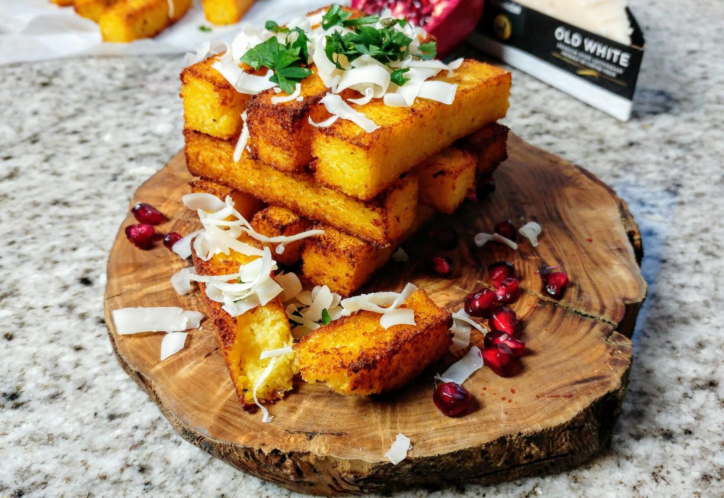 Polenta frieten met Old White geitenkaas en yoghurt-granaatappelpit saus