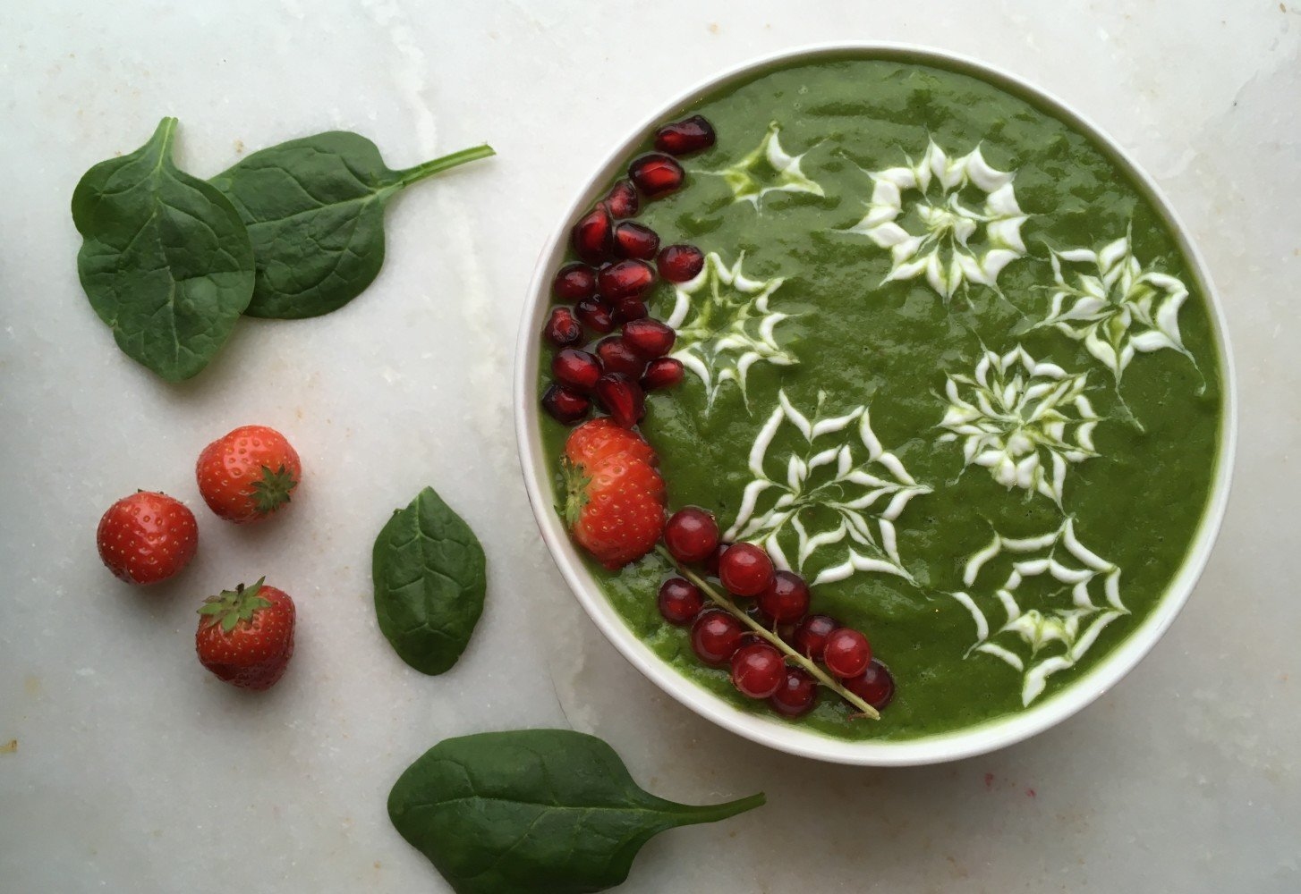 Kerst smoothie bowl met spinazie en peer