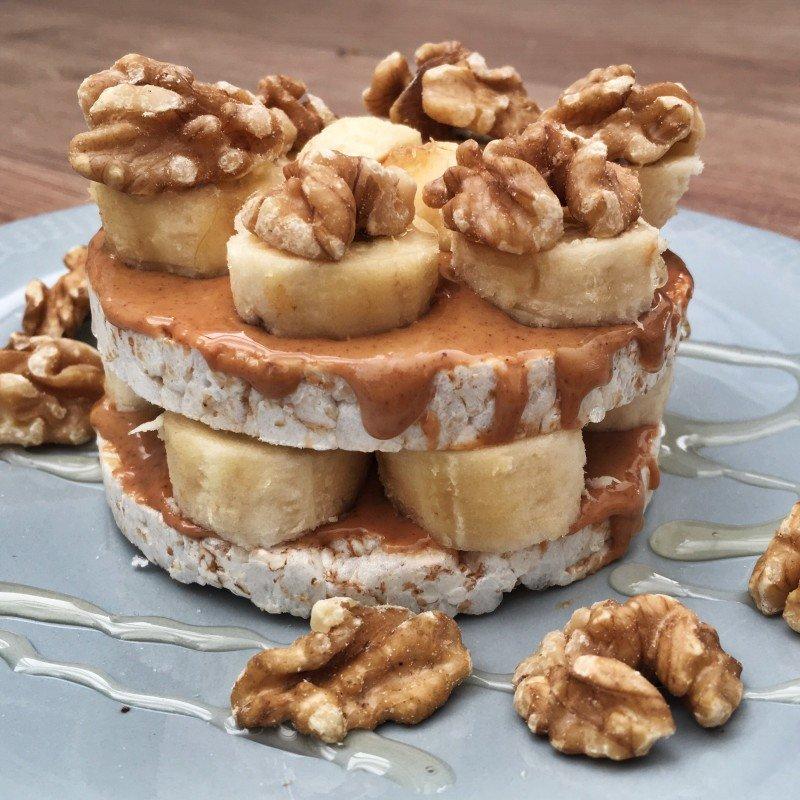 Snel ontbijt: zoete pindakaas banaan rijstwafeltaart