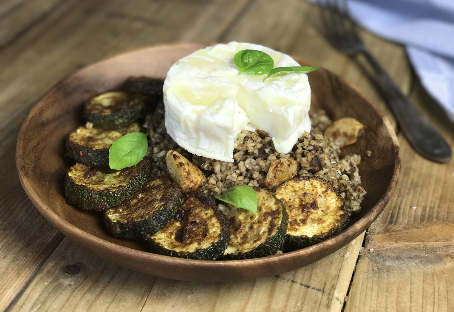 Gezonde granenbowl: gekookte gerst en rogge met kruidige courgette en geitenkaas