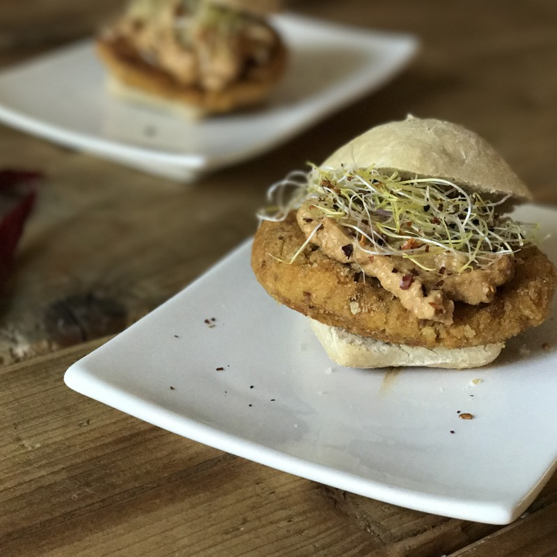 Vegan gado gado burger met bloemkool en kikkererwten