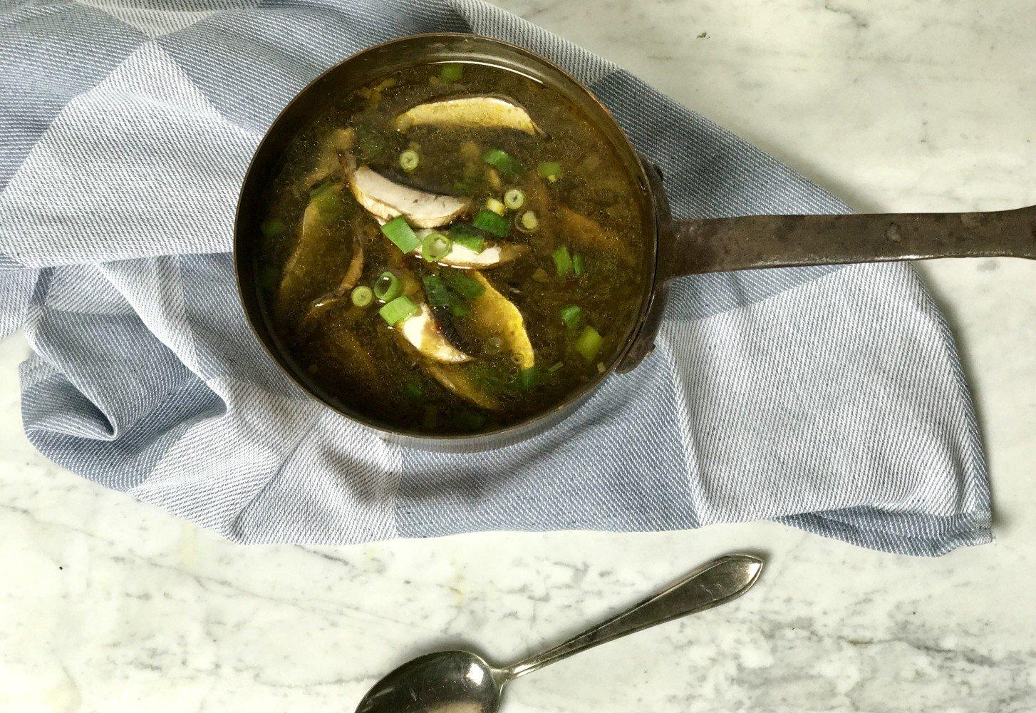 Japanse (miso) soep met bosui en paddenstoelen
