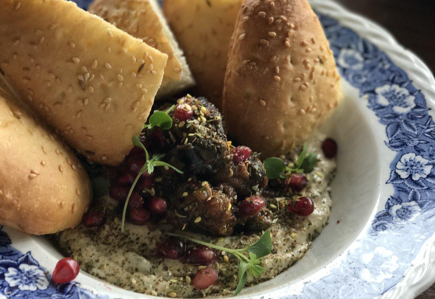 Vegan recept: gepofte aubergine met brood & granaatappelpitjes
