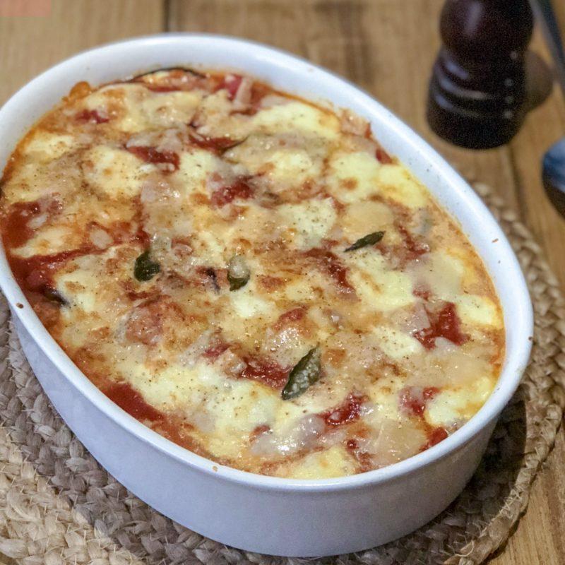 Melanzane: aubergine met mozzarella in tomatensaus