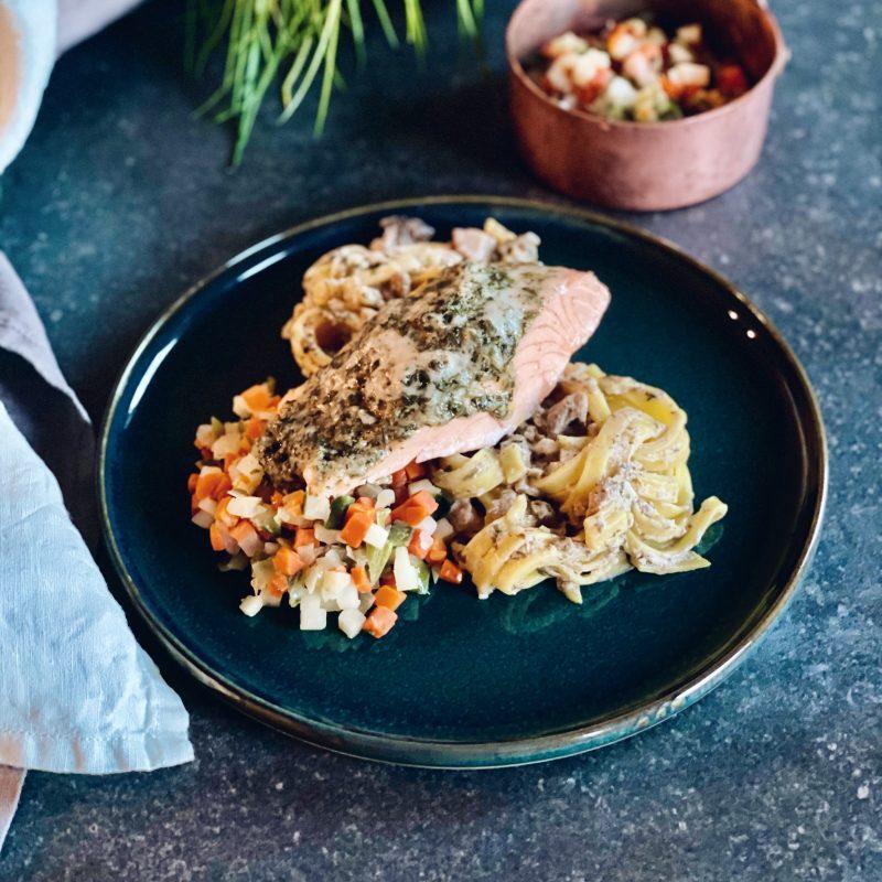 Zalm pasta: tagliatelle met roomsaus en zalmfilet